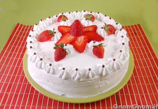Torta di fragole la ricetta di gnam gnam for Decorazioni torte con fragole e cioccolato