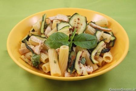 Insalata di pasta con pollo e zucchine