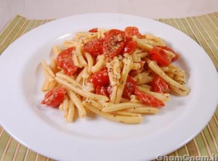Pasta con pomodorini al forno e crescenza