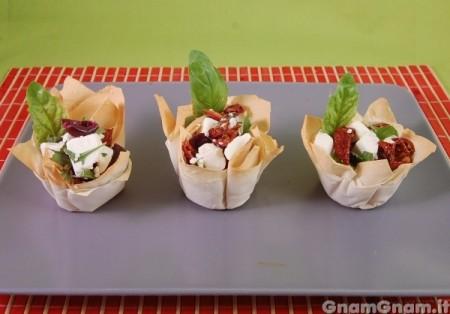 Cestini di pasta fillo con ricotta e pomodori secchi