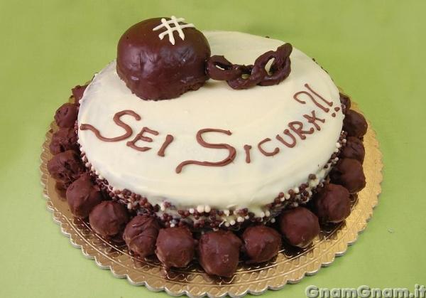 A questo punto ultimate la torta con la palla (alla quale ho fatto il  riflesso con il cioccolato bianco D ), la catena, le gocce di cioccolato  ai lati,