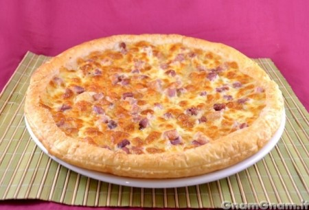 Pizza di sfoglia con pancetta e formaggio