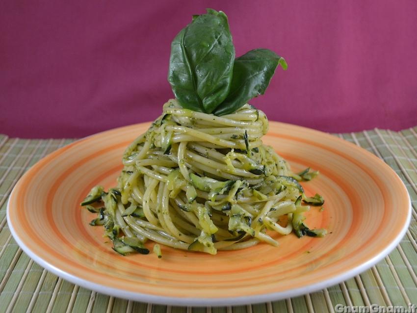 Bucatini zucchine e pesto la ricetta di gnam gnam for Ricette primi piatti pasta