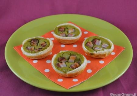 Crostatine con crema di piselli e pancetta