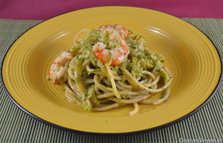 Bucatini con gamberoni zucchine e pistacchio video for Gamberi alla piastra cinesi