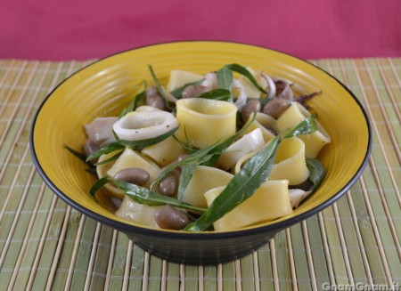 Insalata di pasta con calamari e borlotti
