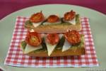 Bruschette con pesto alle mandorle e pomodorini