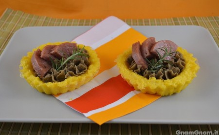 Crostatine di polenta con cotechino e lenticchie