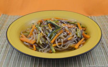 Spaghetti di konjac alle verdure