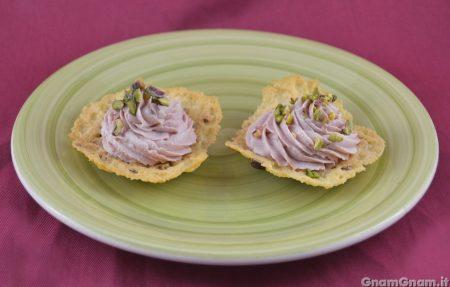 Cialdine di parmigiano con mortadella e pistacchi