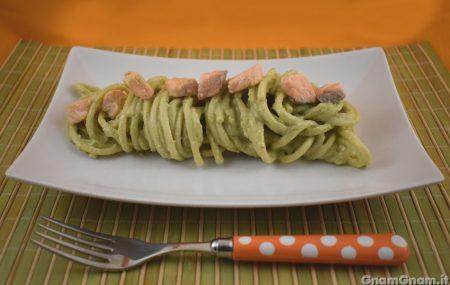 Pasta con pesto di avocado e salmone