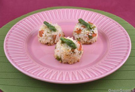 Sformatini di riso con salmone e asparagi
