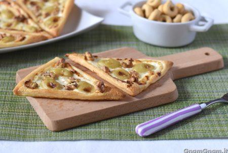 Sfogliatine uva e formaggio